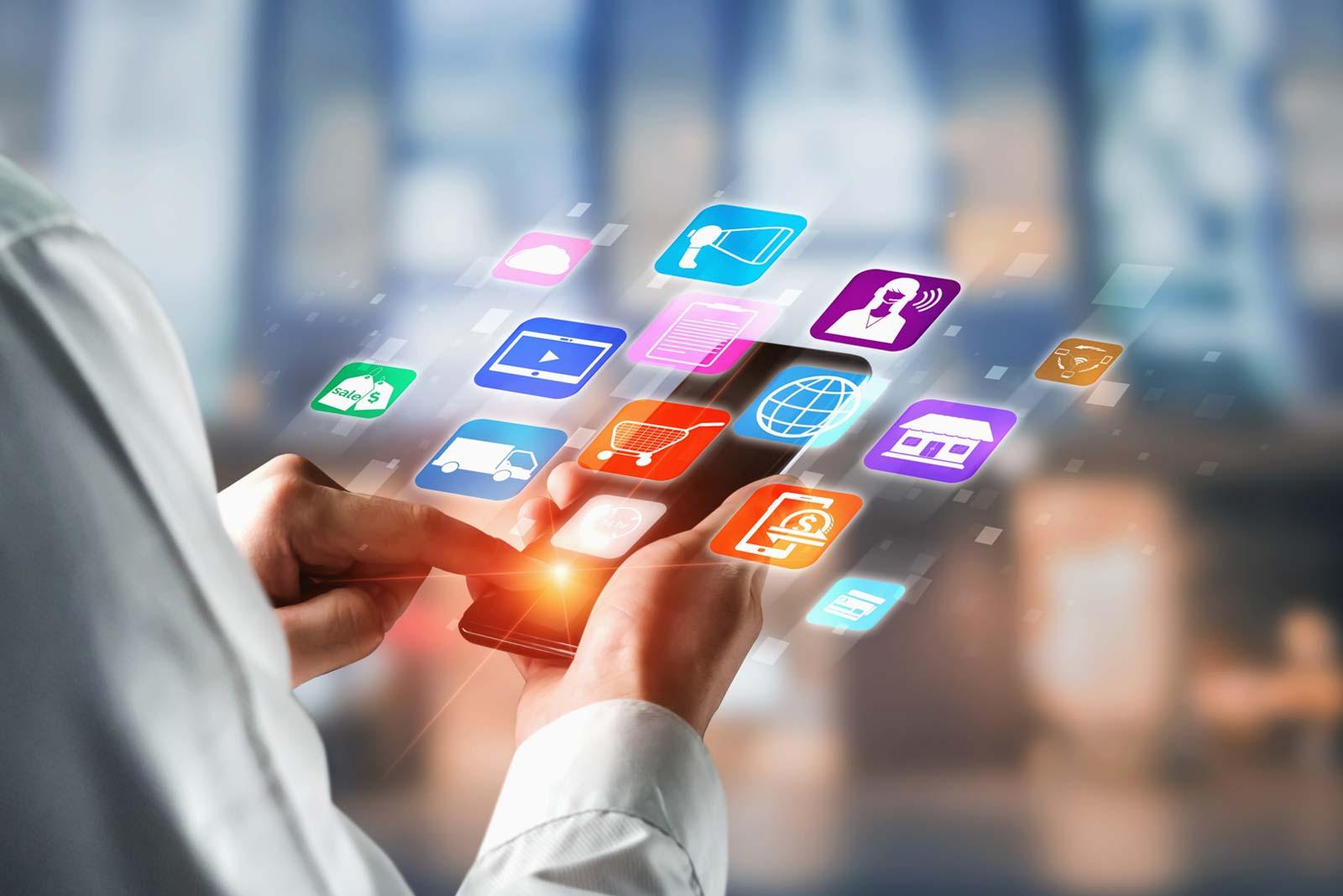 Smartphone com várias aplicações em interação