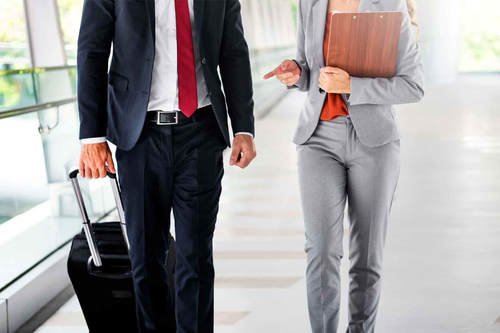 Colegas de trabalho em viagem de negócios no aeroporto